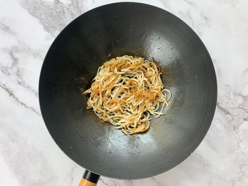 Frying the beansprouts and garlic